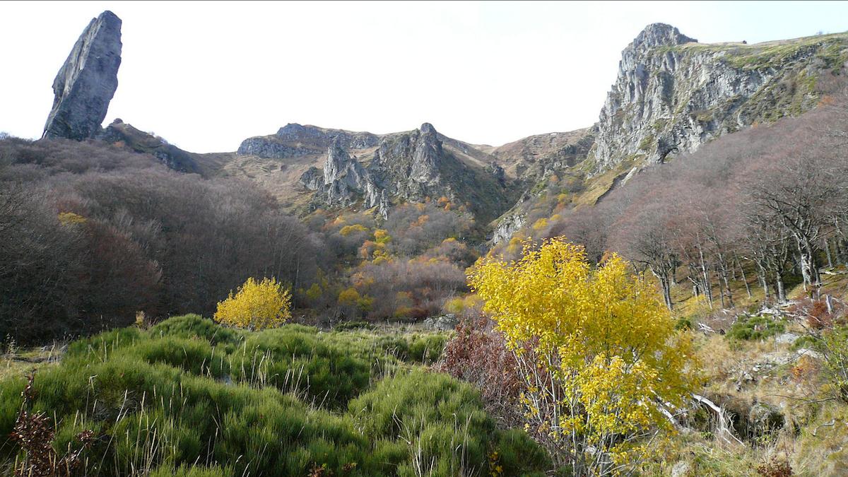 Dans la vallée du Chaudefour, au pied du Puy-de-Sancy, le plus haut sommet d'Auvergne.